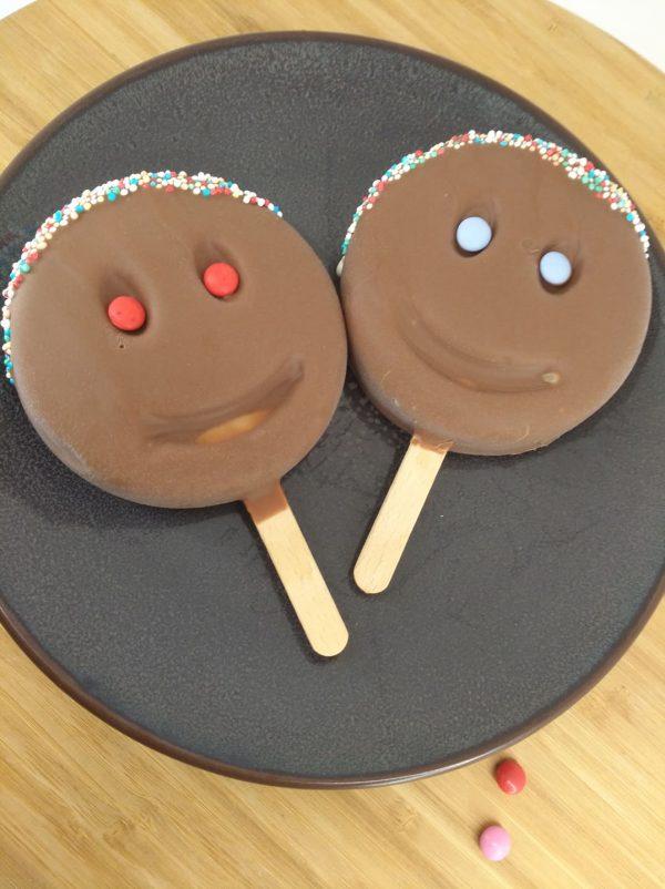smiley melkchoc 2 stuks op bord